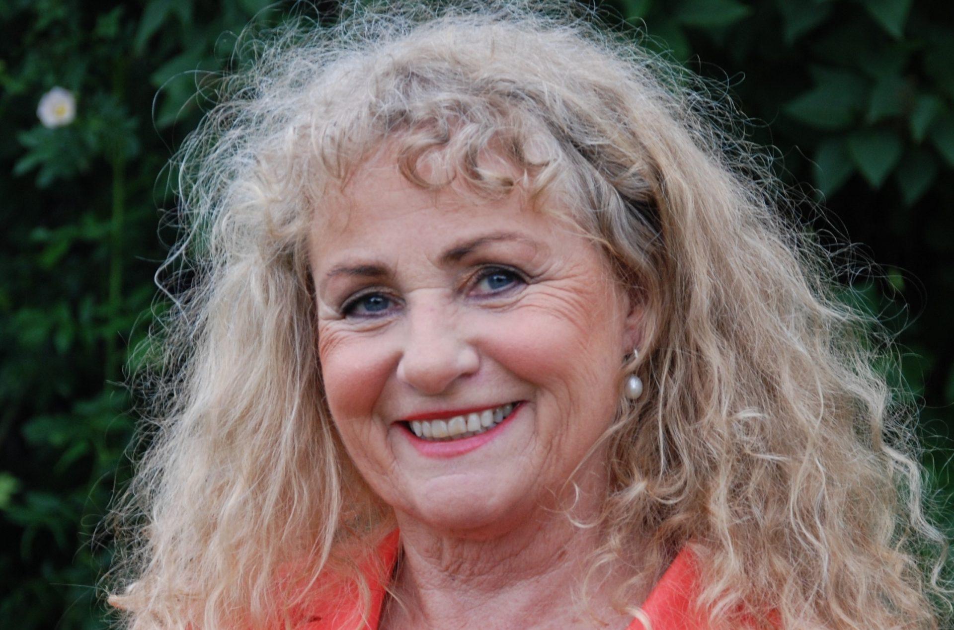 Randi Kveine er en engasjerende foredragsholder som snakker om kommunikasjon og ledelse. Hun er aktuell for tiden med boken, Pårørendesjokket. Om hvordan pårørende kan navigere når sykdom inntreffer.